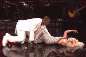 Lady Gaga et R Kelly : une prestation originale à Saturday Night Live