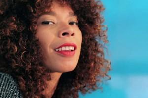 Flavia Coelho – « Por Cima » en session acoustique
