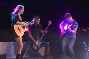 Robert Trujillo interprète un medley de Metallica avec Rodrigo y Gabriela