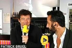 Patrick Bruel se fait interviewer sur iTélé devant un film érotique
