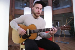 Ásgeir – « King And Cross » en session acoustique