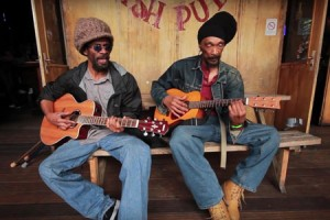 Israel Vibration – « Dancing In The Rain » en session acoustique