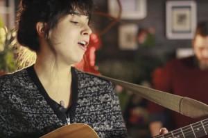 Laura Cahen – « Ça dépend des saisons » en session acoustique